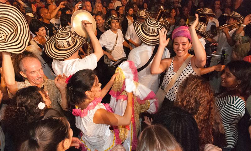 Fanfare Palenque dans une foule en transe